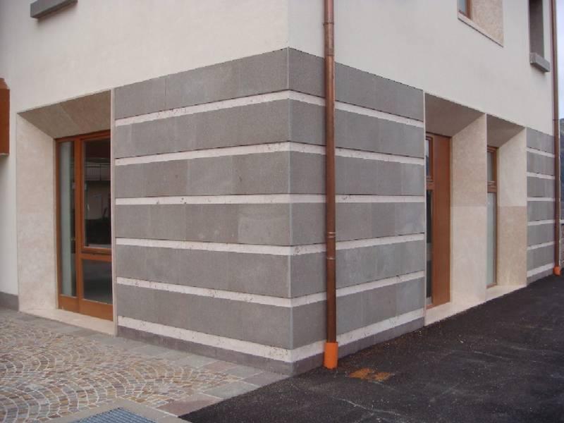 Municipio di Albiano.Rivestimento muro esterno con lastre di porfido ...